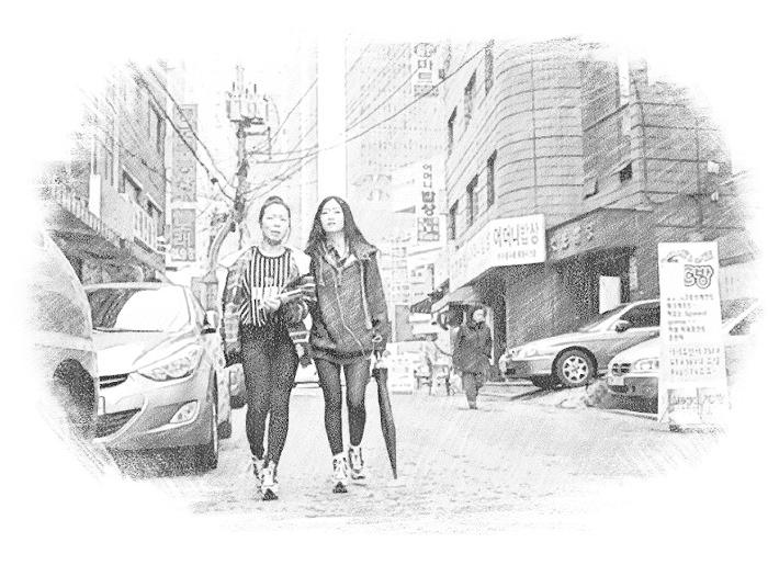 Улица в Южной Корее и две идущие девушки
